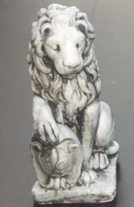 Lejon vänster (120-A) Vikt: 14 kg Mått (H): 40 cm