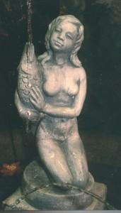 Flicka med fisk inkl sockel  (131-A) Vikt: 24 kg Mått (H): 69 cm