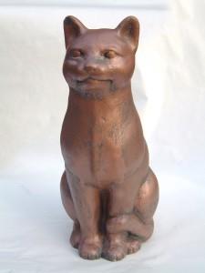 Katt sittande (114-C) Vikt: 15 kg Mått (H): 43 cm