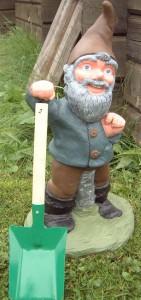 Trädgårdstomte med redskap Målad i glada färger (531) Vikt: 15 kg Mått (H): 52 cm